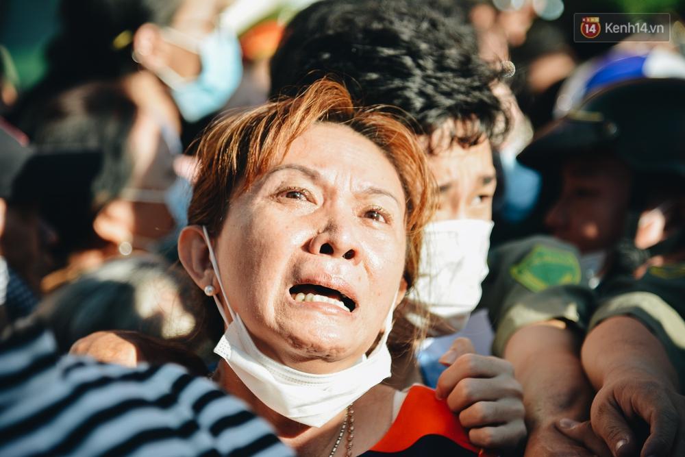 Chùm ảnh: Những người mẹ ở TP.HCM bật khóc nghẹn ngào tiễn con lên đường nhập ngũ - Ảnh 3.