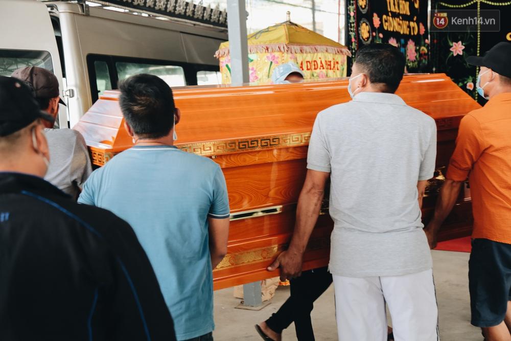 Ảnh: Người thân khóc nghẹn nhìn theo 6 chiếc quan tài được đưa về từ nhà tang lễ - Ảnh 5.