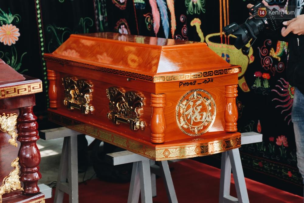 Ảnh: Người thân khóc nghẹn nhìn theo 6 chiếc quan tài được đưa về từ nhà tang lễ - Ảnh 9.