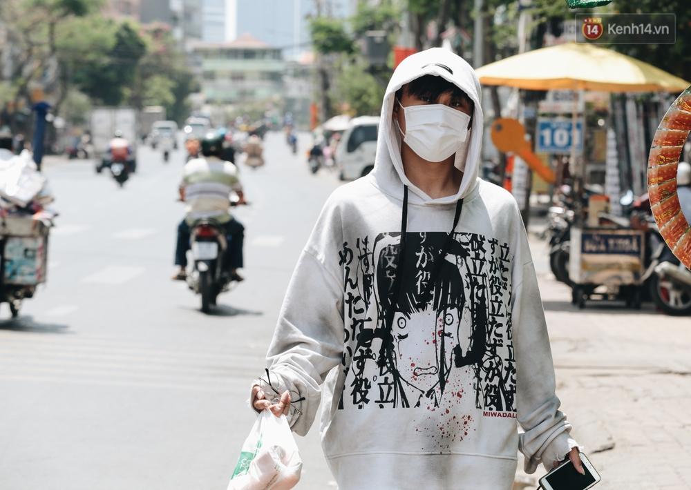 Chùm ảnh: Người Sài Gòn vật vã dưới nắng nóng như thiêu đốt - Ảnh 12.