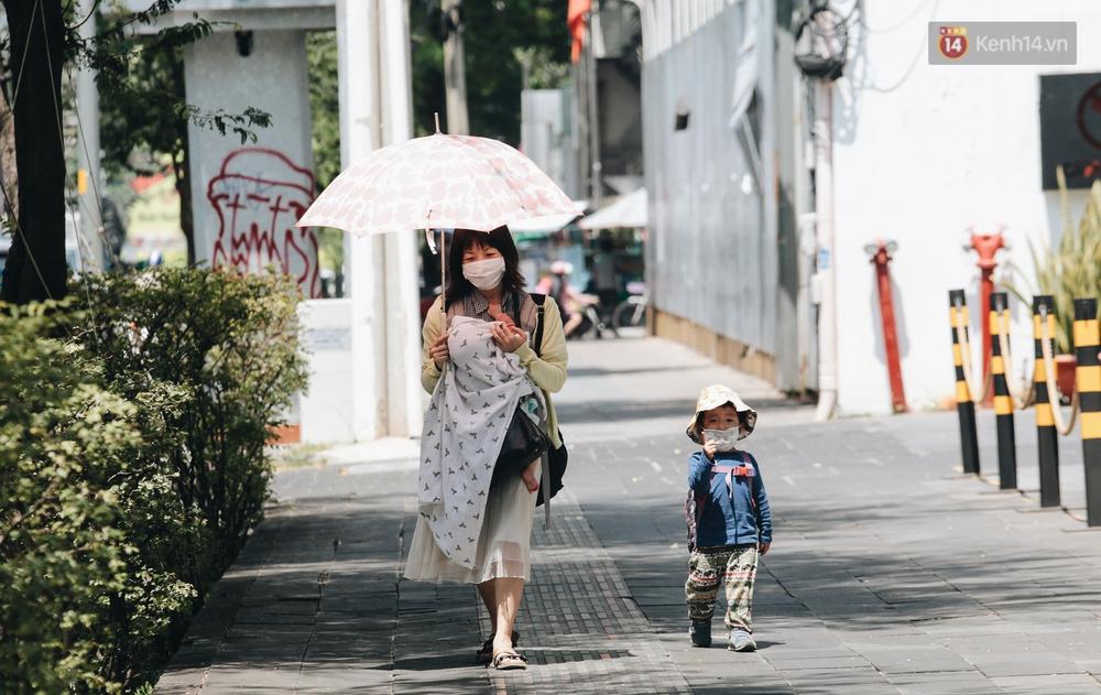 Chùm ảnh: Người Sài Gòn vật vã dưới nắng nóng như thiêu đốt - Ảnh 10.