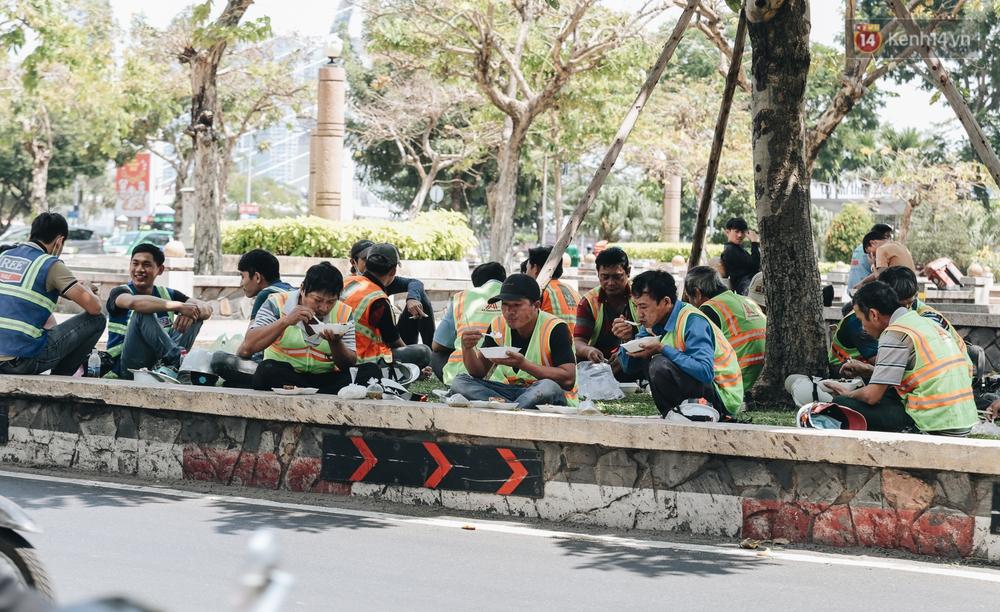 Chùm ảnh: Người Sài Gòn vật vã dưới nắng nóng như thiêu đốt - Ảnh 8.