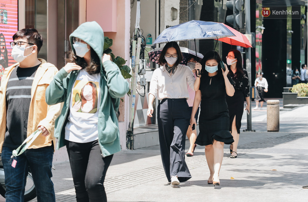 Chùm ảnh: Người Sài Gòn vật vã dưới nắng nóng như thiêu đốt - Ảnh 11.