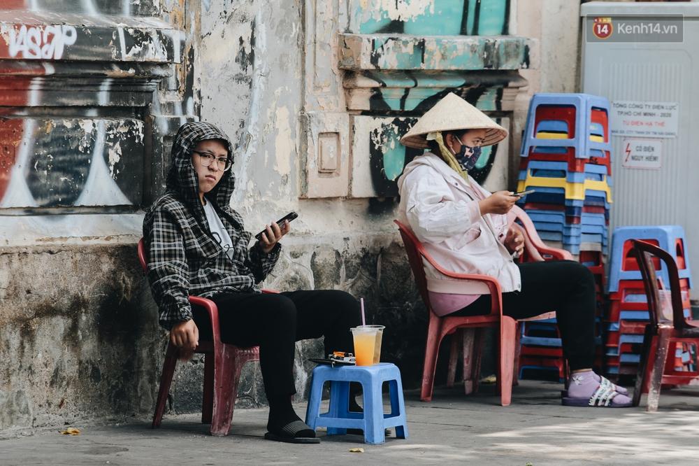Chùm ảnh: Người Sài Gòn vật vã dưới nắng nóng như thiêu đốt - Ảnh 7.