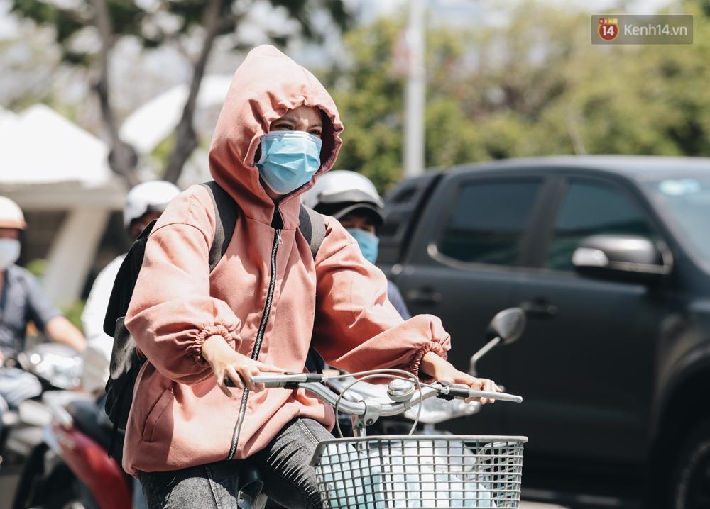 Chùm ảnh: Người Sài Gòn vật vã dưới nắng nóng như thiêu đốt - Ảnh 4.