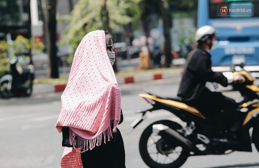 Chùm ảnh: Người Sài Gòn vật vã dưới nắng nóng như thiêu đốt - Ảnh 9.
