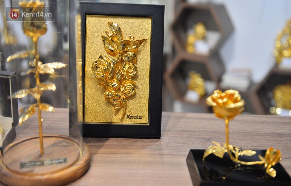 Cận cảnh hoa hồng đúc vàng giá 330 triệu đồng được đại gia Hải Phòng mua làm quà tặng ngày 8/3 - Ảnh 8.