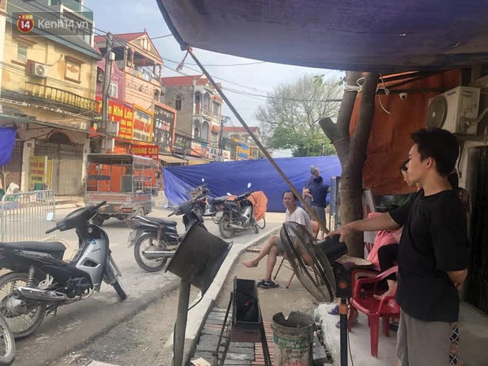 Cuộc sống đảo lộn sau 1 tuần xuất hiện hố tử thần ở Hà Nội: Công việc làm ăn bị đình trệ, con cháu phải mang đi gửi - Ảnh 7.