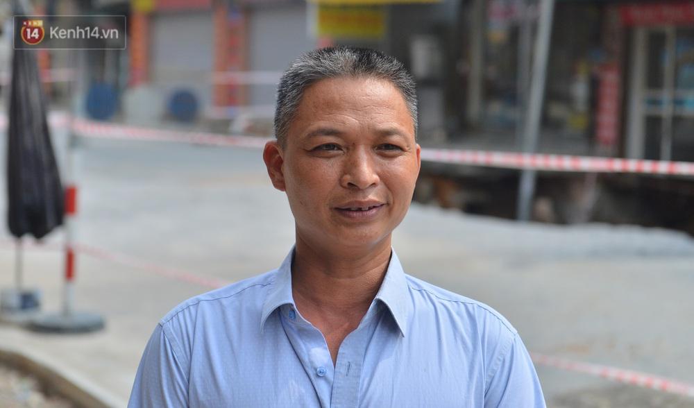 Cuộc sống đảo lộn sau 1 tuần xuất hiện hố tử thần ở Hà Nội: Công việc làm ăn bị đình trệ, con cháu phải mang đi gửi - Ảnh 2.