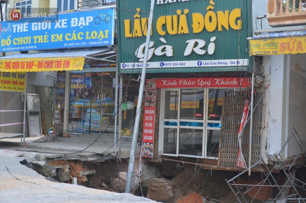 Cuộc sống đảo lộn sau 1 tuần xuất hiện hố tử thần ở Hà Nội: Công việc làm ăn bị đình trệ, con cháu phải mang đi gửi - Ảnh 4.