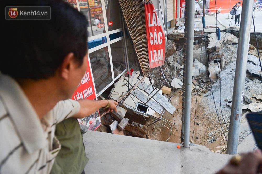 Cuộc sống đảo lộn sau 1 tuần xuất hiện hố tử thần ở Hà Nội: Công việc làm ăn bị đình trệ, con cháu phải mang đi gửi - Ảnh 10.
