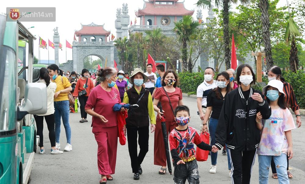 Ảnh: Hàng nghìn du khách chen nhau đi lễ đền Hùng dù chưa tới ngày 10/3 - Ảnh 2.