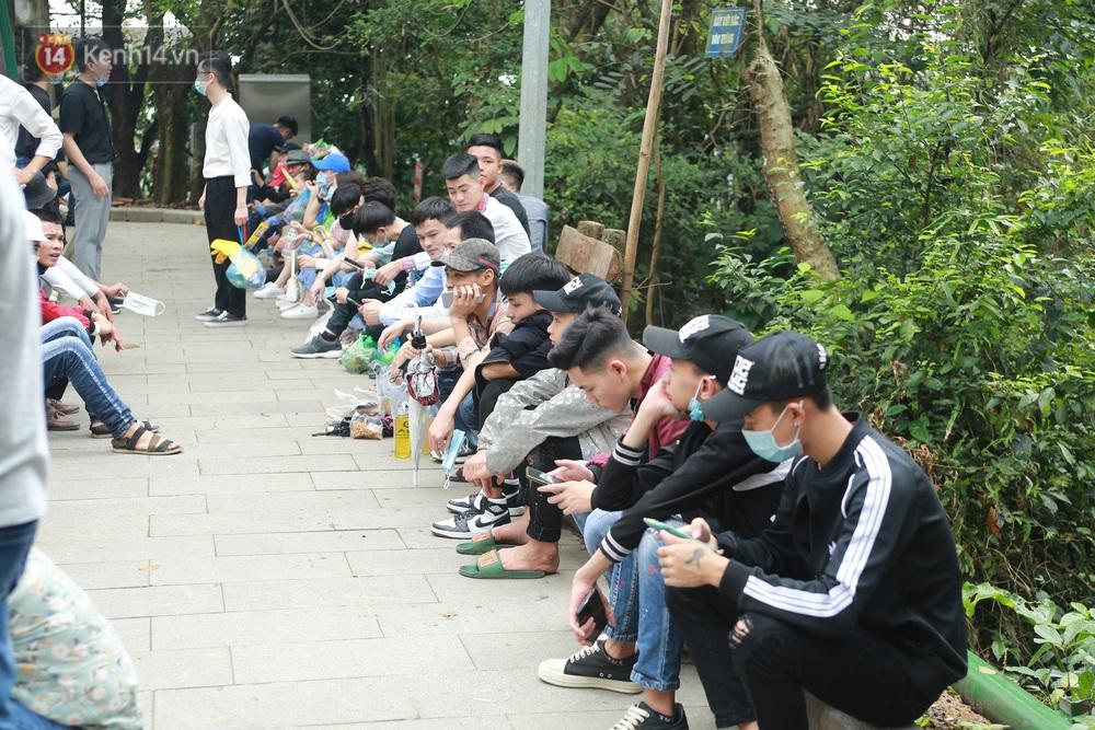 Ảnh: Hàng nghìn du khách chen nhau đi lễ đền Hùng dù chưa tới ngày 10/3 - Ảnh 9.
