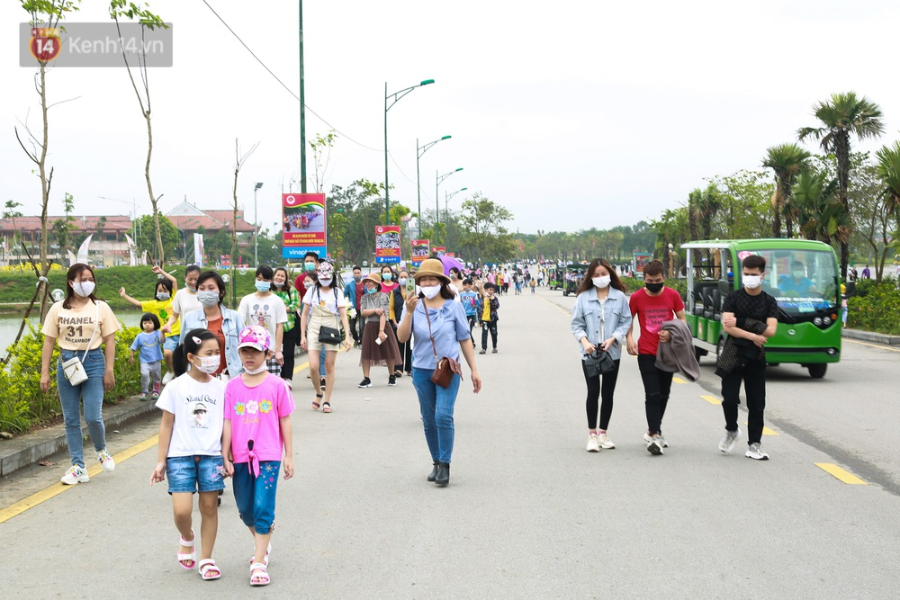Ảnh: Hàng nghìn du khách chen nhau đi lễ đền Hùng dù chưa tới ngày 10/3 - Ảnh 1.