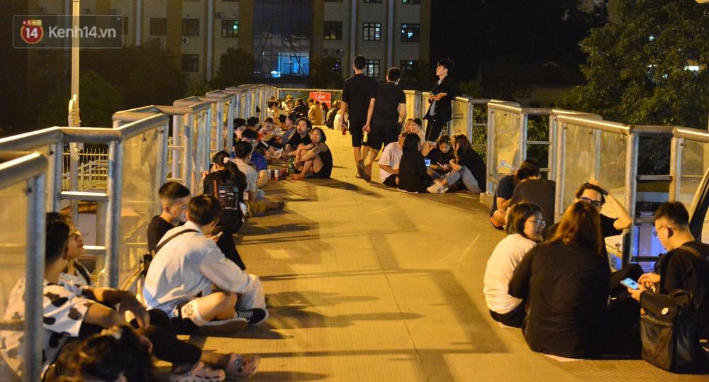 Ảnh: Giới trẻ Hà Nội biến cầu bộ hành thành nơi tụ tập uống bia, hẹn hò mỗi tối - Ảnh 2.