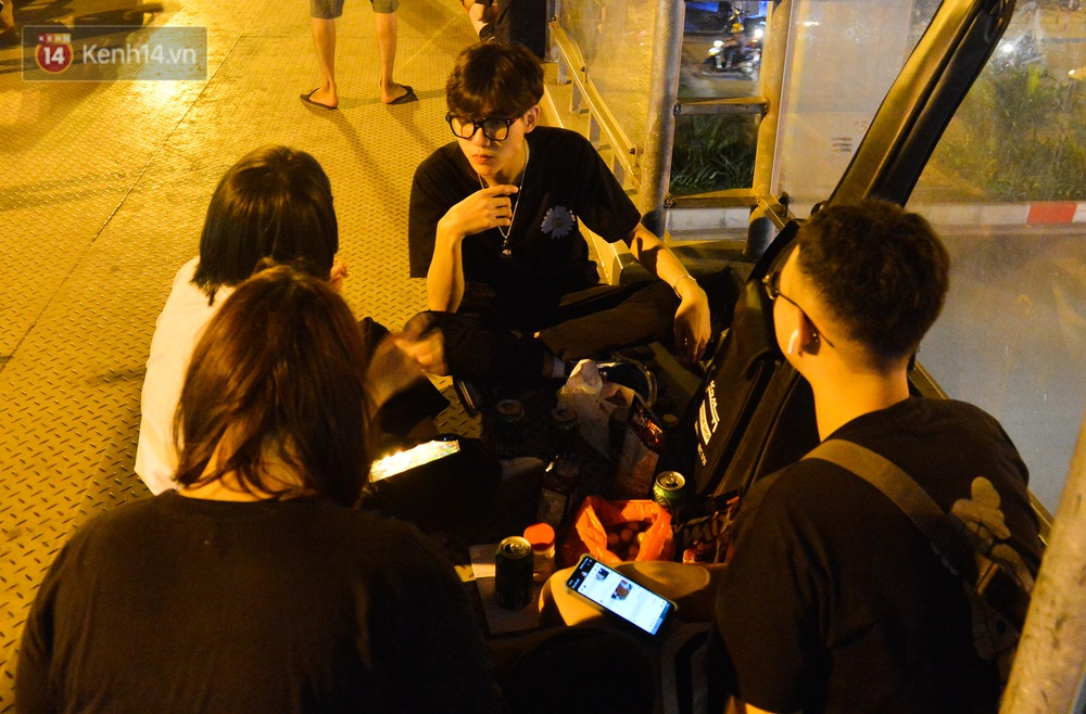 Ảnh: Giới trẻ Hà Nội biến cầu bộ hành thành nơi tụ tập uống bia, hẹn hò mỗi tối - Ảnh 8.