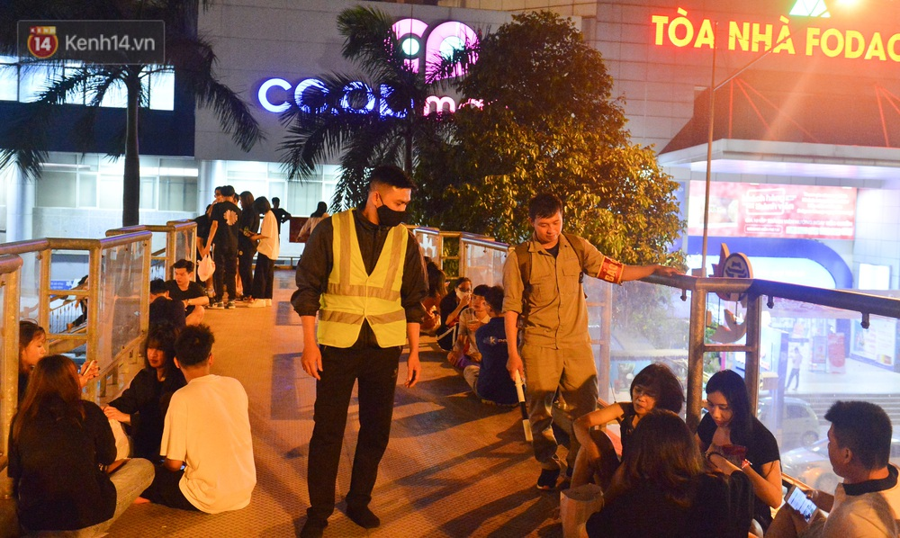 Ảnh: Giới trẻ Hà Nội biến cầu bộ hành thành nơi tụ tập uống bia, hẹn hò mỗi tối - Ảnh 6.