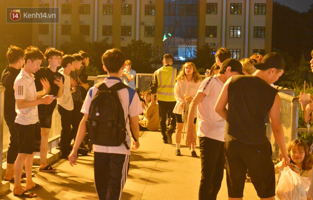Ảnh: Giới trẻ Hà Nội biến cầu bộ hành thành nơi tụ tập uống bia, hẹn hò mỗi tối - Ảnh 3.