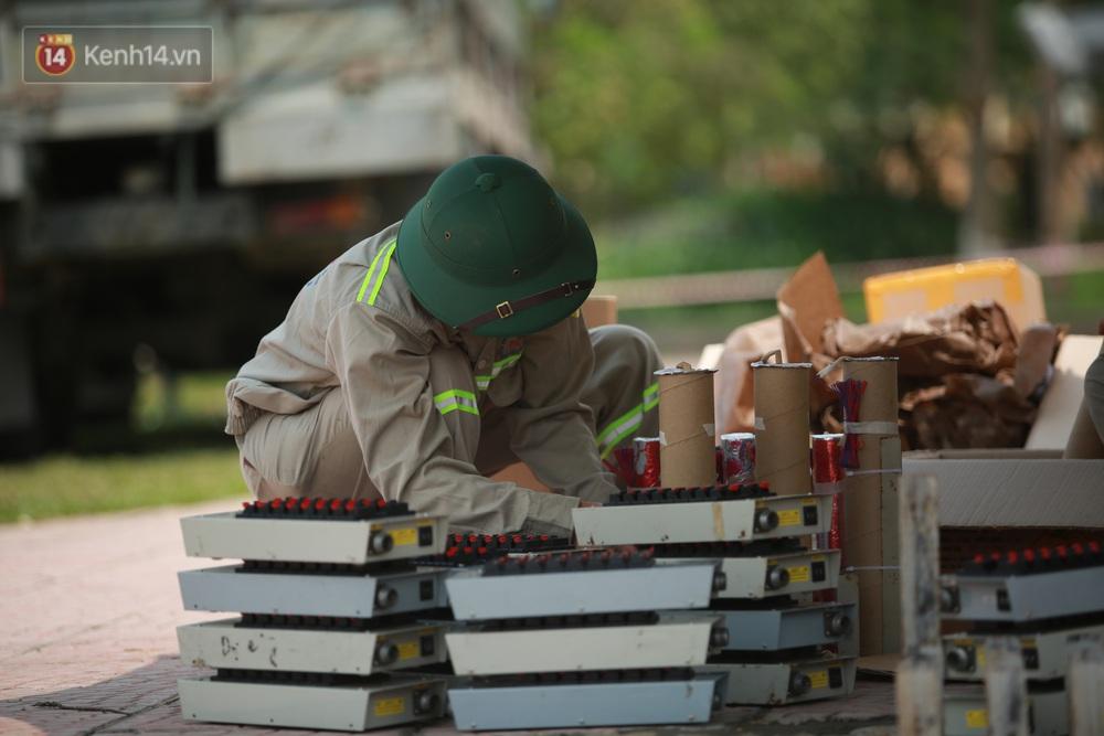 Ảnh: Đội nắng lắp đặt trận địa pháo hoa sẵn sàng cho lễ Giỗ Tổ Hùng Vương - Ảnh 3.