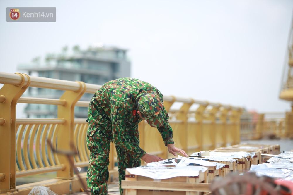 Ảnh: Đội nắng lắp đặt trận địa pháo hoa sẵn sàng cho lễ Giỗ Tổ Hùng Vương - Ảnh 1.
