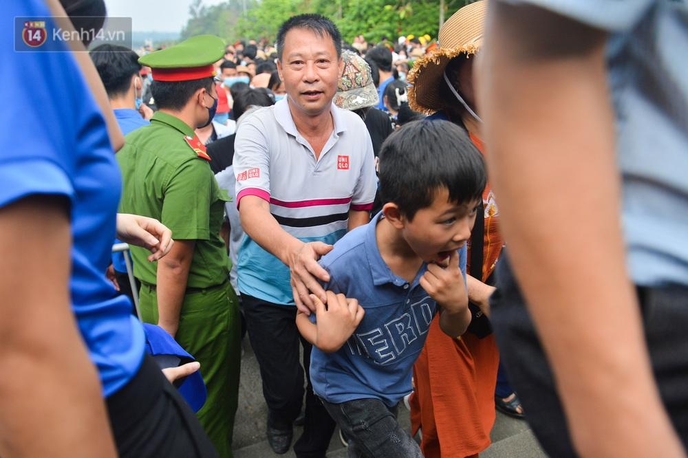 Ảnh: Trẻ em khóc thét, người nhà dùng hết sức đưa con thoát cảnh vạn người chen chúc tại Đền Hùng - Ảnh 7.