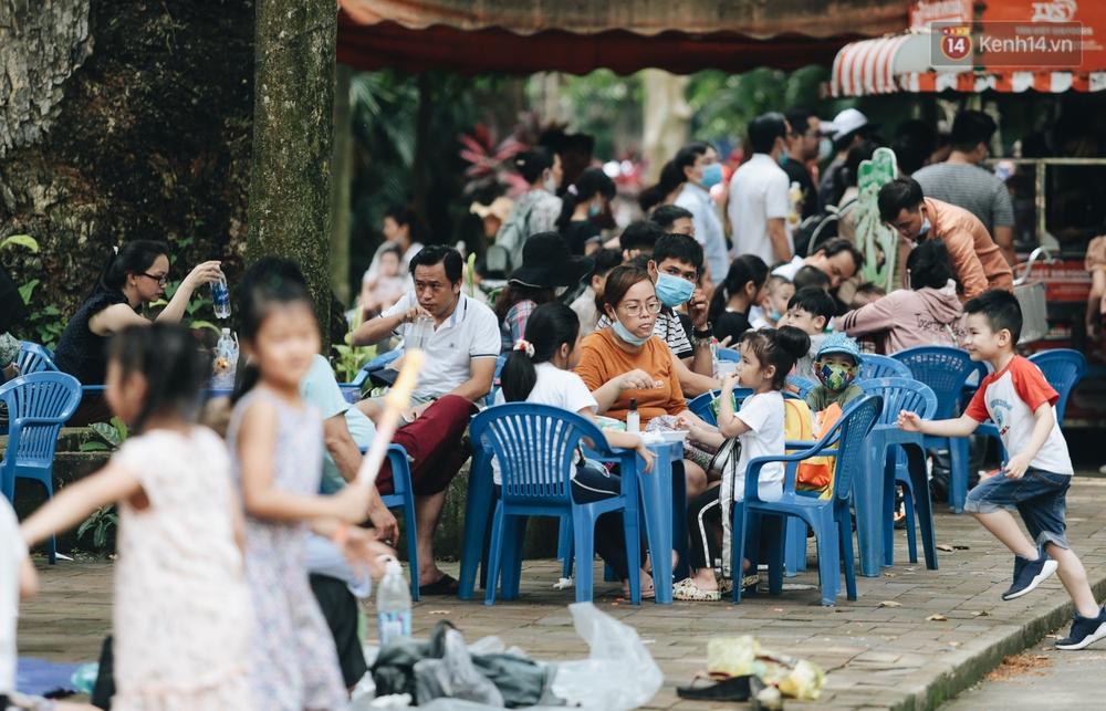 Ảnh: Biển người chật kín từ trong ra ngoài ở Thảo Cầm Viên Sài Gòn ngày giỗ Tổ Hùng Vương - Ảnh 14.