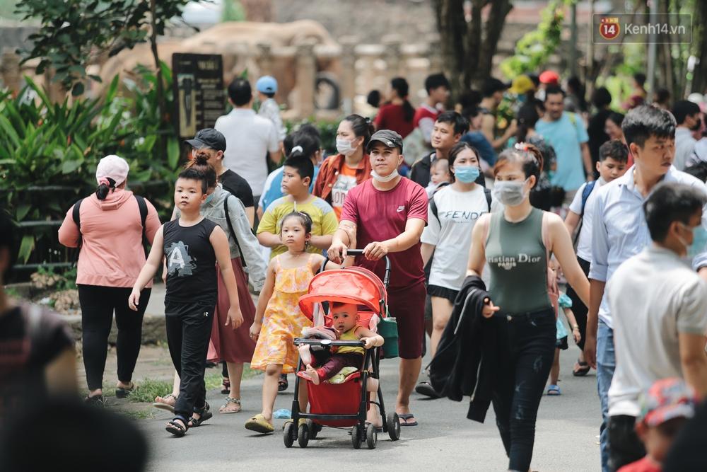 Ảnh: Biển người chật kín từ trong ra ngoài ở Thảo Cầm Viên Sài Gòn ngày giỗ Tổ Hùng Vương - Ảnh 9.