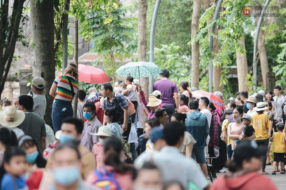 Ảnh: Biển người chật kín từ trong ra ngoài ở Thảo Cầm Viên Sài Gòn ngày giỗ Tổ Hùng Vương - Ảnh 7.