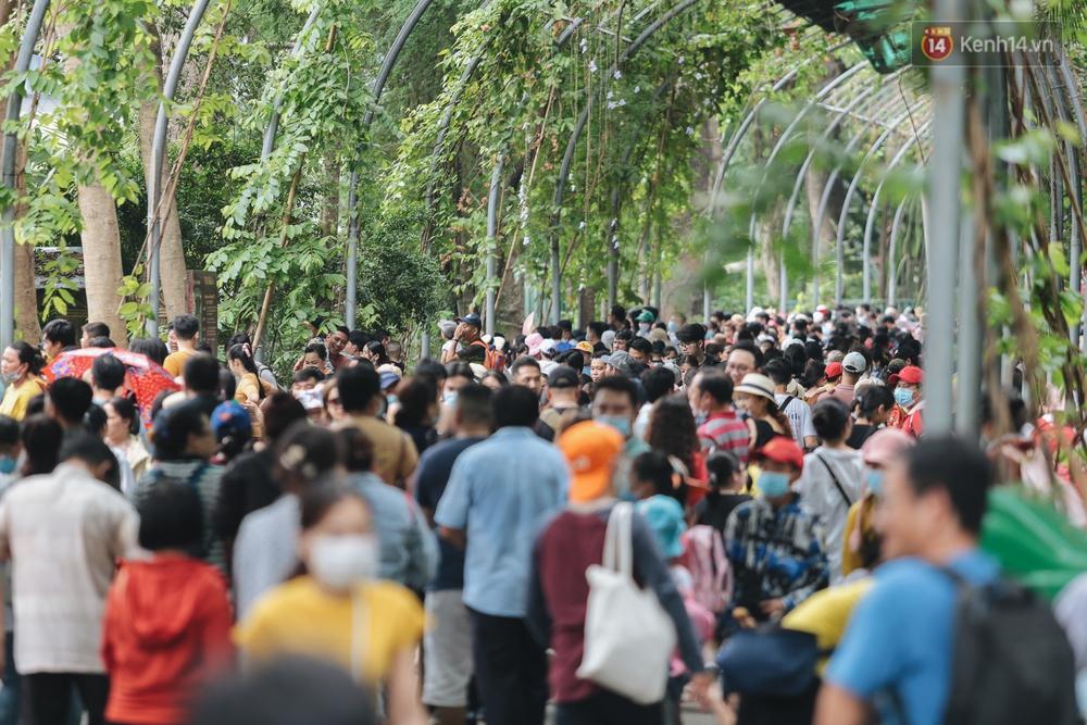 Ảnh: Biển người chật kín từ trong ra ngoài ở Thảo Cầm Viên Sài Gòn ngày giỗ Tổ Hùng Vương - Ảnh 6.