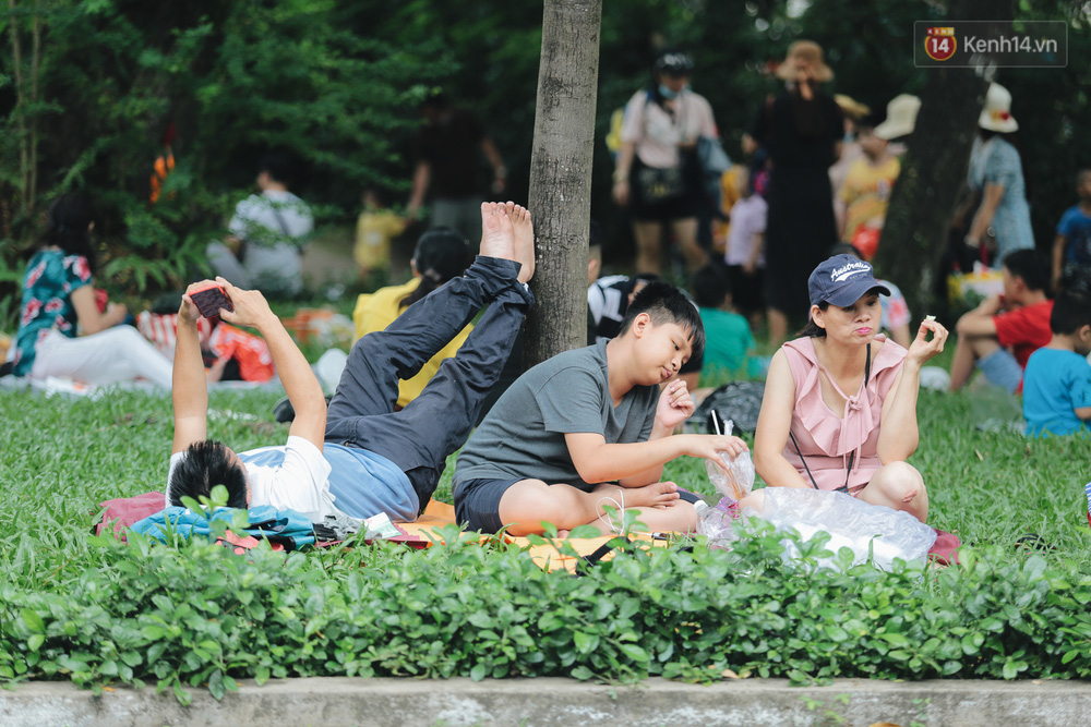 Ảnh: Biển người chật kín từ trong ra ngoài ở Thảo Cầm Viên Sài Gòn ngày giỗ Tổ Hùng Vương - Ảnh 13.