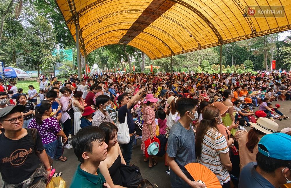 Ảnh: Biển người chật kín từ trong ra ngoài ở Thảo Cầm Viên Sài Gòn ngày giỗ Tổ Hùng Vương - Ảnh 4.