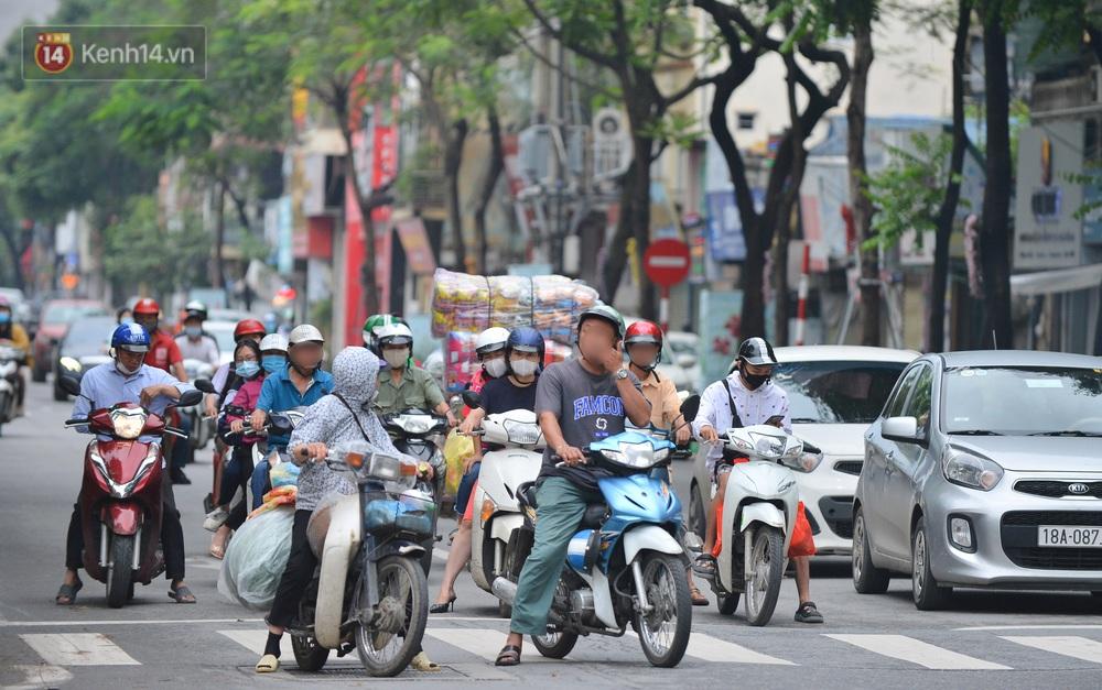 Ảnh: Nhiều người dân Hà Nội chủ quan, quên đeo khẩu trang phòng dịch khi ra đường - Ảnh 2.