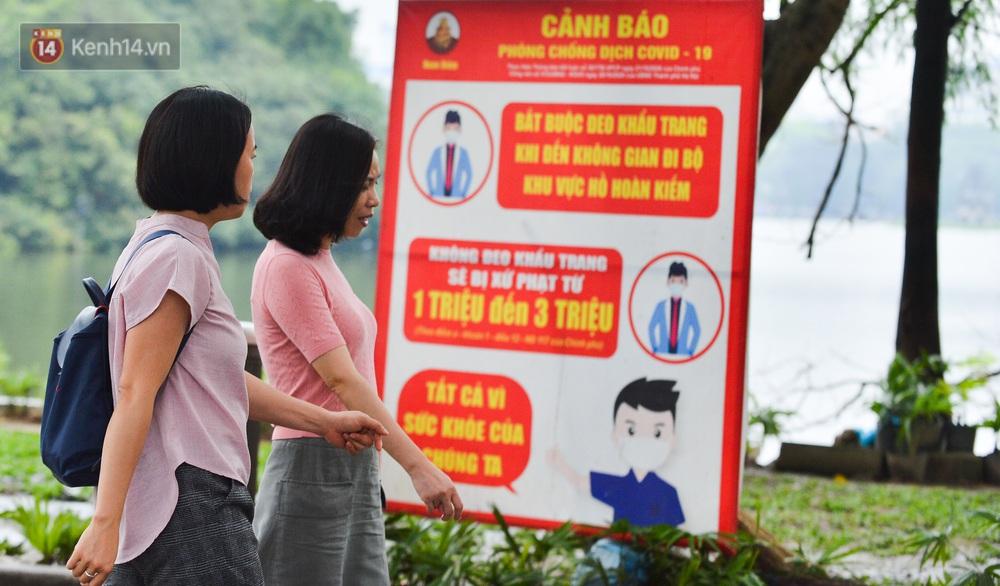 Ảnh: Nhiều người dân Hà Nội chủ quan, quên đeo khẩu trang phòng dịch khi ra đường - Ảnh 8.
