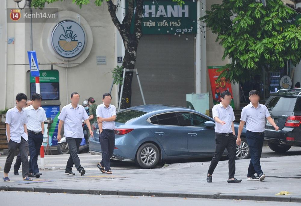 Ảnh: Nhiều người dân Hà Nội chủ quan, quên đeo khẩu trang phòng dịch khi ra đường - Ảnh 10.