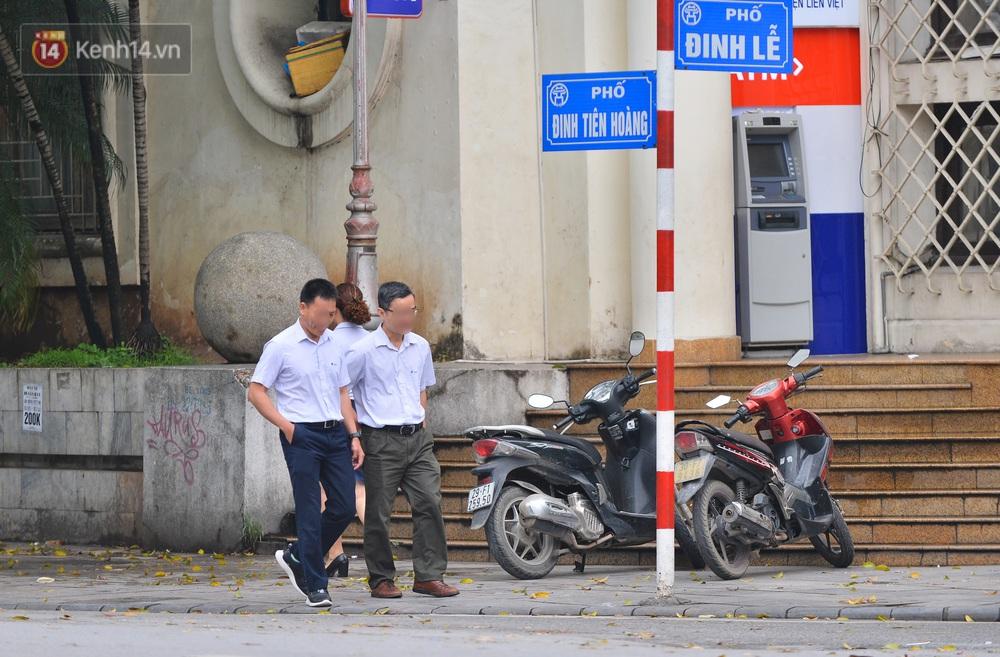 Ảnh: Nhiều người dân Hà Nội chủ quan, quên đeo khẩu trang phòng dịch khi ra đường - Ảnh 11.