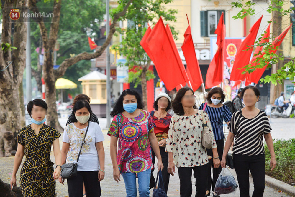 Ảnh: Nhiều người dân Hà Nội chủ quan, quên đeo khẩu trang phòng dịch khi ra đường - Ảnh 4.