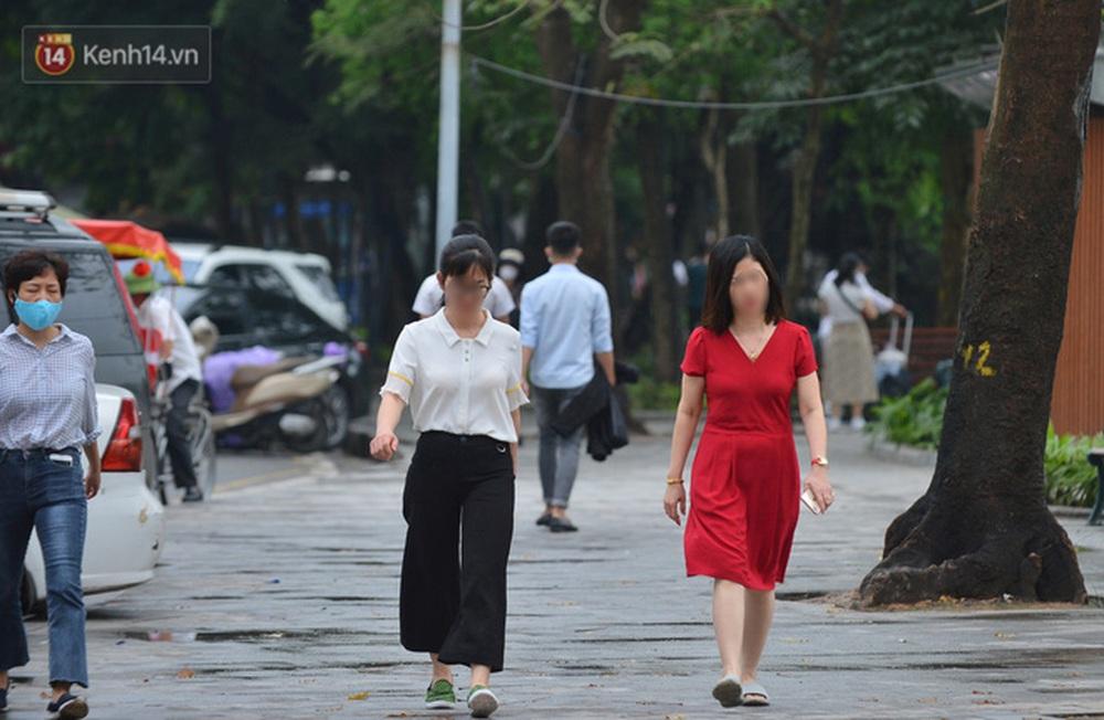 Ảnh: Nhiều người dân Hà Nội chủ quan, quên đeo khẩu trang phòng dịch khi ra đường - Ảnh 12.