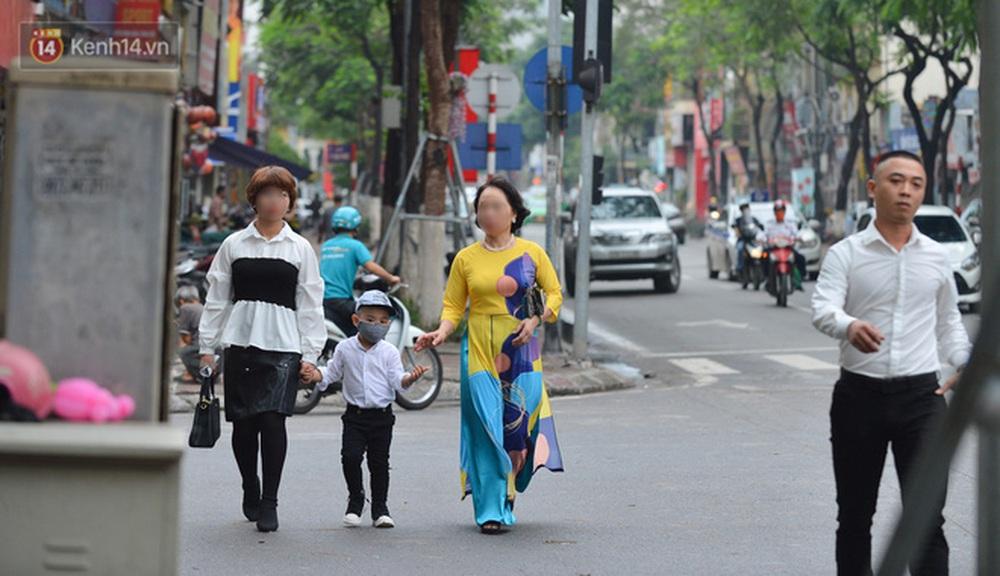 Ảnh: Nhiều người dân Hà Nội chủ quan, quên đeo khẩu trang phòng dịch khi ra đường - Ảnh 5.