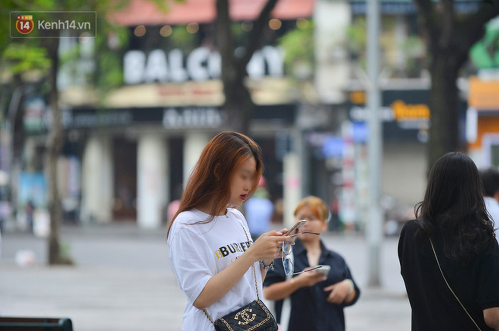 Ảnh: Nhiều người dân Hà Nội chủ quan, quên đeo khẩu trang phòng dịch khi ra đường - Ảnh 14.