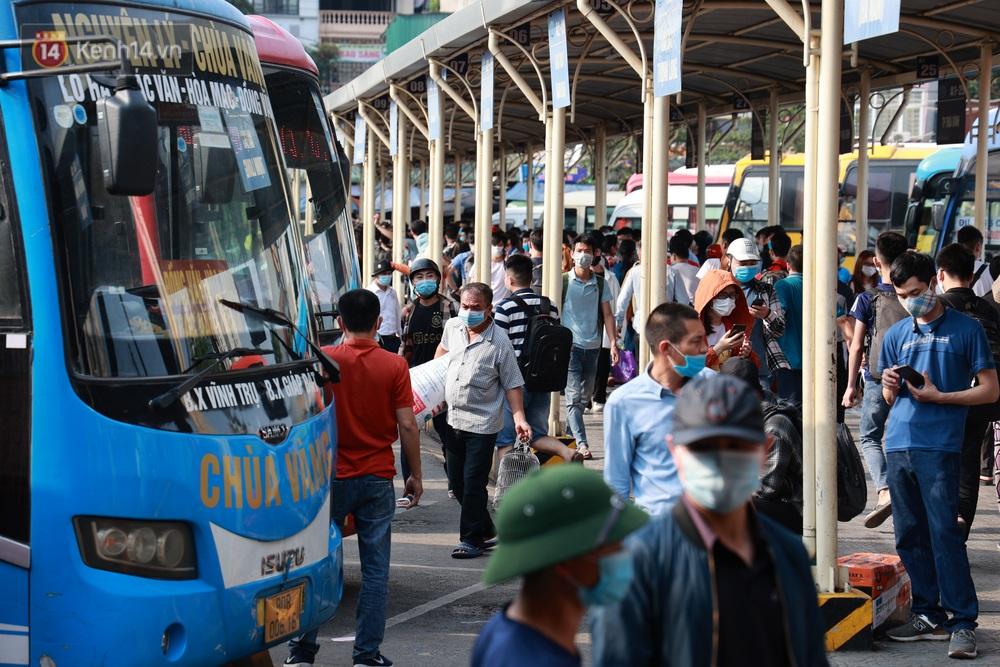 Ảnh: Hàng vạn người dân đổ về quê nghỉ lễ, bến xe đông nghịt người, cửa ngõ Hà Nội ùn tắc nhiều giờ  - Ảnh 8.