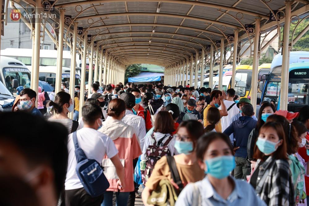 Ảnh: Hàng vạn người dân đổ về quê nghỉ lễ, bến xe đông nghịt người, cửa ngõ Hà Nội ùn tắc nhiều giờ  - Ảnh 6.