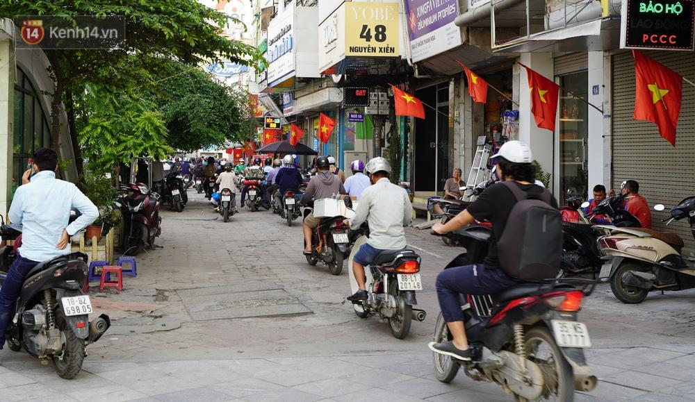 Ảnh: Hàng vạn người dân đổ về quê nghỉ lễ, bến xe đông nghịt người, cửa ngõ Hà Nội ùn tắc nhiều giờ  - Ảnh 3.