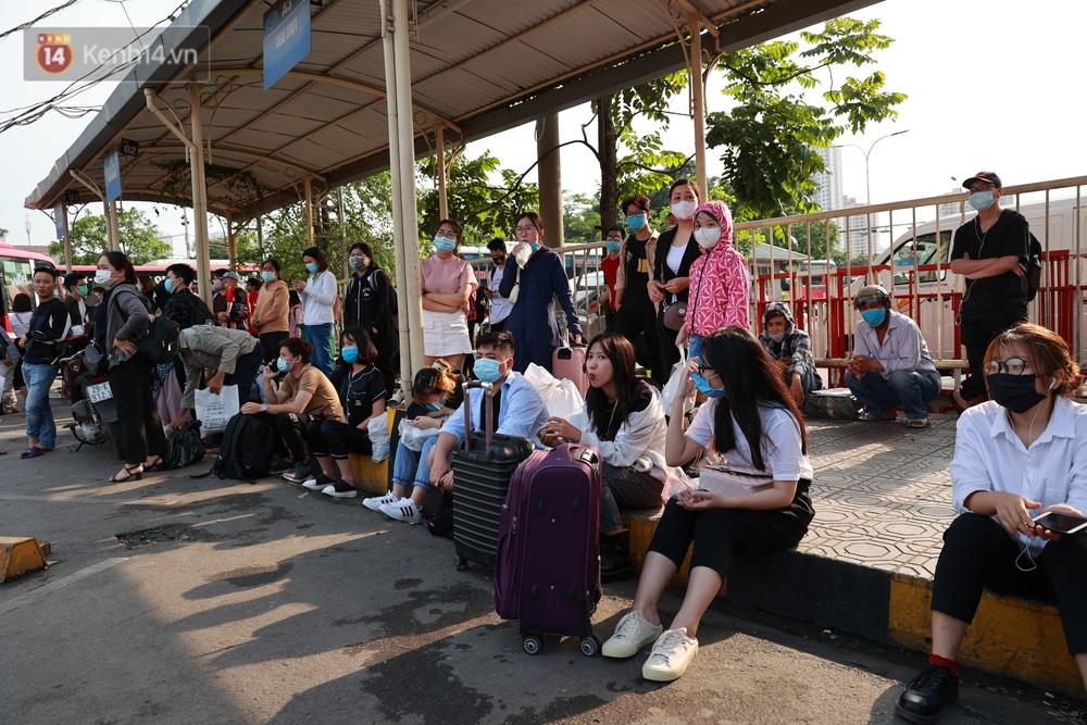 Ảnh: Hàng vạn người dân đổ về quê nghỉ lễ, bến xe đông nghịt người, cửa ngõ Hà Nội ùn tắc nhiều giờ  - Ảnh 7.