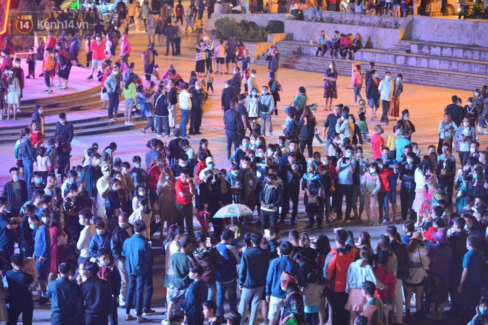 Ảnh: Sau 1 ngày vắng lặng, Sa Pa bỗng đông nghẹt du khách đổ về vui chơi bất chấp dịch Covid-19 - Ảnh 2.