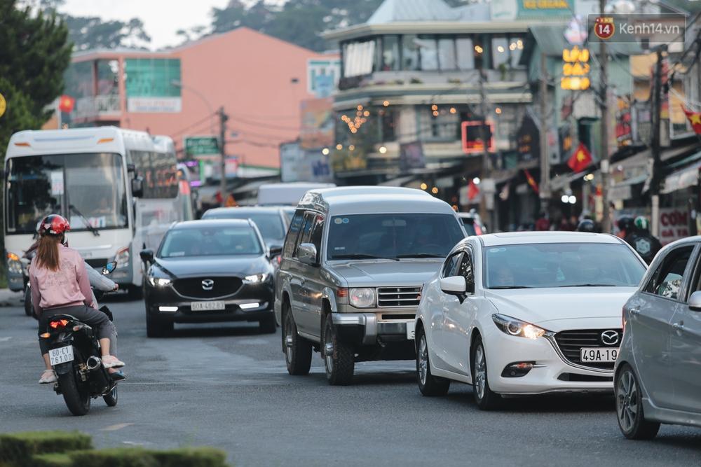 """Đà Lạt lại """"xoay chuyển"""" 180 độ: Trung tâm tắc cứng, du khách bắt đầu đổ ra đường dạo chơi - Ảnh 8."""