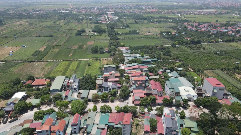 Toàn cảnh phong toả một xã có 7 ca mắc Covid-19 ở Hà Nội: Người dân tiếp tế lương thực giữa trưa nắng - Ảnh 3.