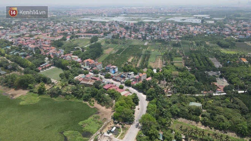 Toàn cảnh phong toả một xã có 7 ca mắc Covid-19 ở Hà Nội: Người dân tiếp tế lương thực giữa trưa nắng - Ảnh 2.