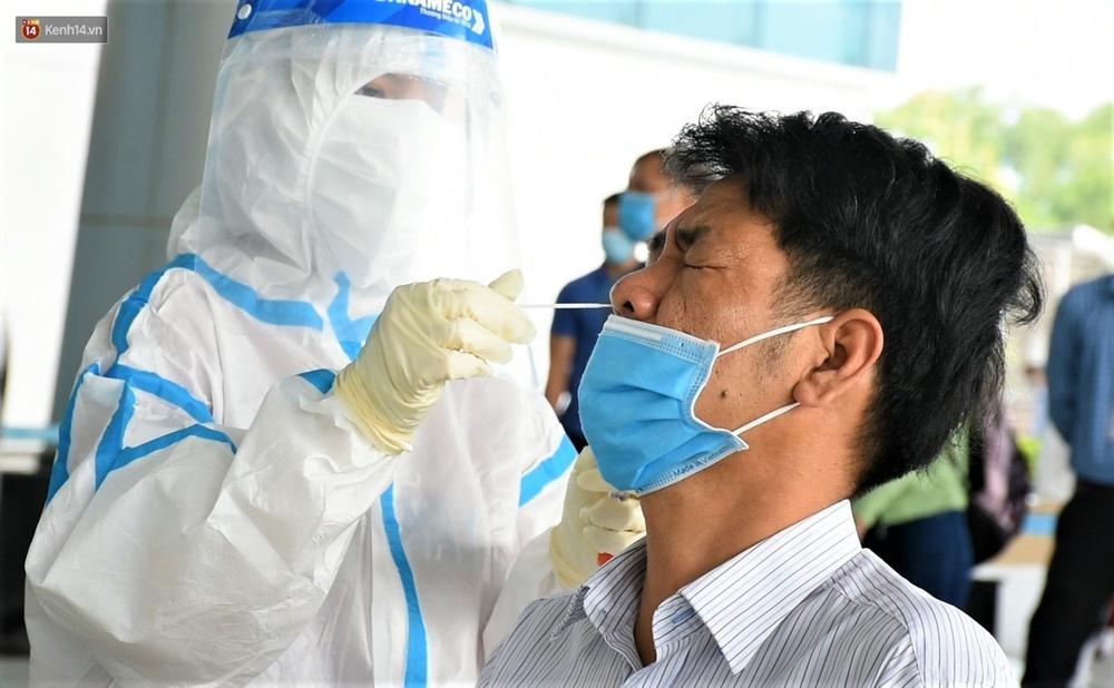 Ảnh: Nhiều F0 đi qua sân bay, Đà Nẵng xét nghiệm Covid-19 cho 2.000 cán bộ, nhân viên - Ảnh 10.