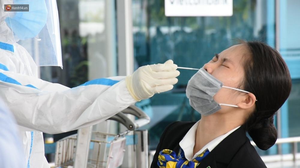 Ảnh: Nhiều F0 đi qua sân bay, Đà Nẵng xét nghiệm Covid-19 cho 2.000 cán bộ, nhân viên - Ảnh 6.