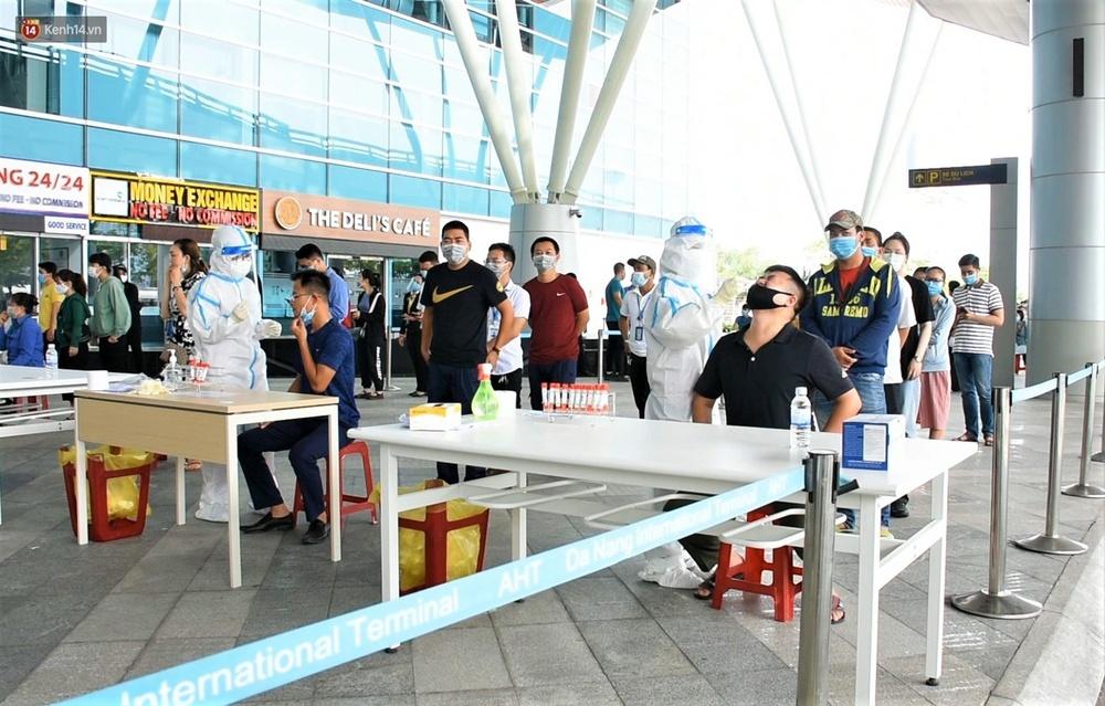 Ảnh: Nhiều F0 đi qua sân bay, Đà Nẵng xét nghiệm Covid-19 cho 2.000 cán bộ, nhân viên - Ảnh 1.